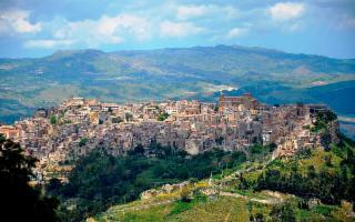 Calascibetta, arroccata sulla cima del monte Xibet