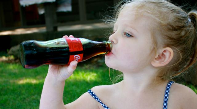 Dallo studio dell'Osservatorio nutrizionale Grana Padano è emerso un vero e proprio abuso delle bevande zuccherate, utilizzate dal 50% degli adolescenti quotidianamente, anche durante i pasti principali dove invece la bevanda dovrebbe essere solo acqua...
