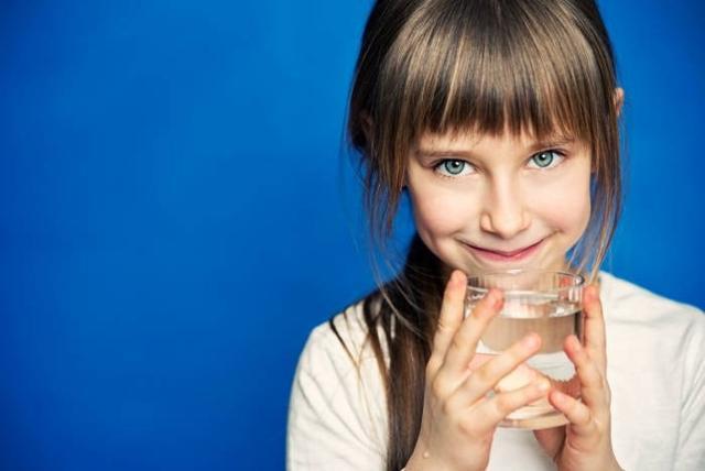 Mal di testa e senso di stanchezza sono alcuni sintomi che i bambini potrebbero manifestare quando bevono troppo poco...