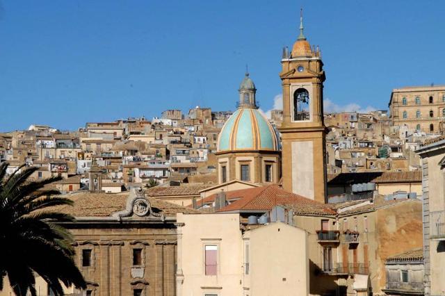 Panorama di Caltagirone (CT). In primo piano la cupola celeste in ceramica della Cattedrale di San Giuliano