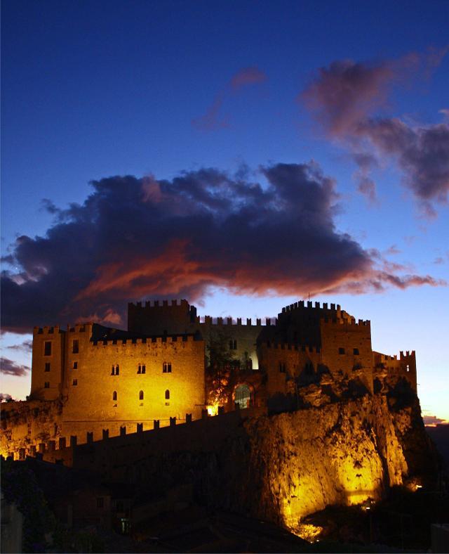 Il castello di Caccamo all'imbrunire