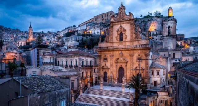 La Città di Modica all'imbrunire