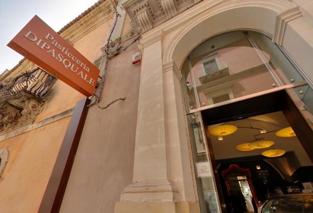L'ingresso della storica pasticceria Di Pasquale nella foto di Gianfranco Guccione