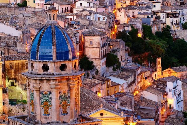 Un panorama di Ragusa Ibla. In primo piano la splendida cupola blu della chiesa di Santa Maria dell'Itria