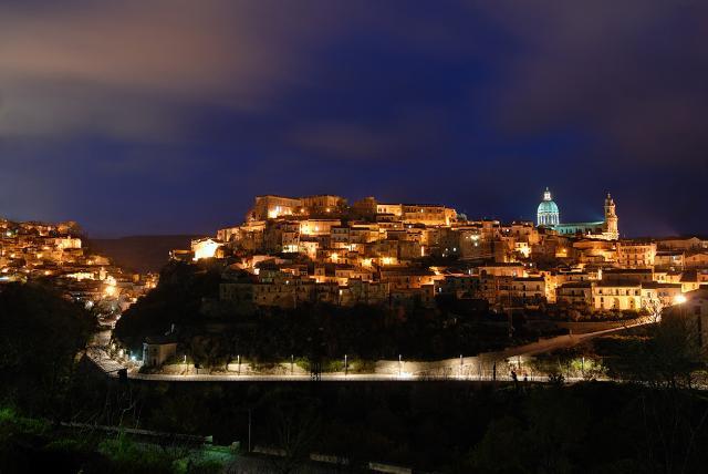 Panorama notturono di Ragusa Ibla - ph Phantom65