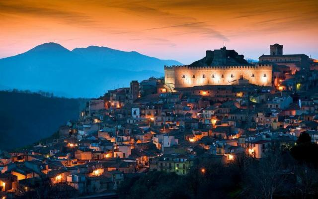 Montalbano Elicona regala 150 euro a ogni famiglia in vacanza nel borgo