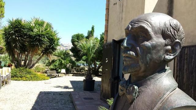 Il busto di Luigi Pirandello davanti la sua casa natale in contrada Caos