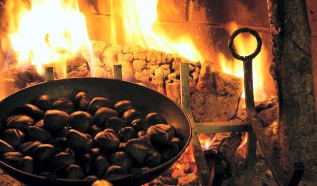 Se preferite utilizzare la padella invece del forno, prima di mettere le castagne incise, cospargete il fondo con del sale grosso che aiuterà la cottura...