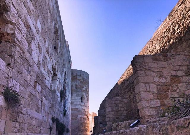 Le possenti mura del castello Maniace