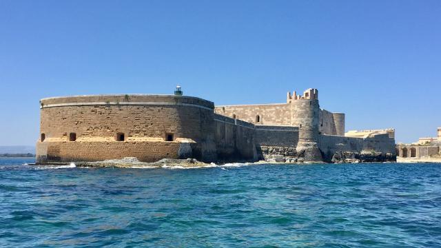 Il castello visto dal mare di Ortigia - ph Simone Parisotto