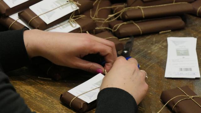 Il cioccolato di Modica viene confezionato a mano e venduto in tutto il mondo