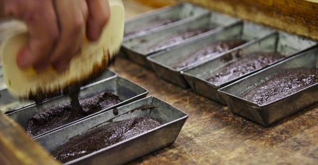 La pasta viene sciolta infatti a 45 gradi mentre lo zucchero scioglie a 80 gradi. Nel cioccolato di Modica perciò non si fonde lo zucchero.