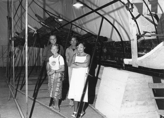 Honor Frost, Pietro Alagna, Vito Bonanno e Rossella Giglio davanti i resti della Nave Punica