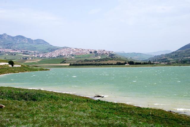Sambuca di Sicilia (AG) vista da una sponda del Lago Arancio
