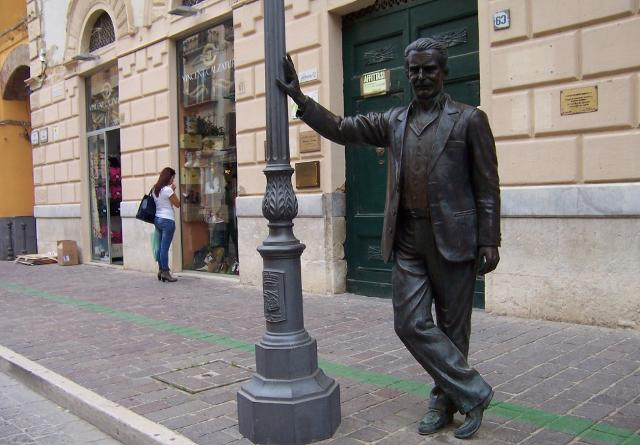 La statua del Commissario Montalbano a Porto Empedocle, in un marciapiede di Via Roma