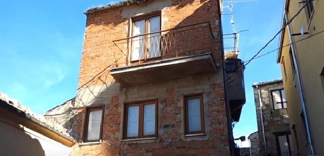 A petralia sottana si trova casa pi stretta del mondo for Piani casa stretta casa