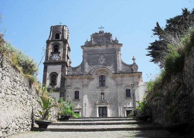 La Cattedrale di San Bartolo, patrono delle Eolie, fatta costruire da Ruggero I il Normanno - Eolie