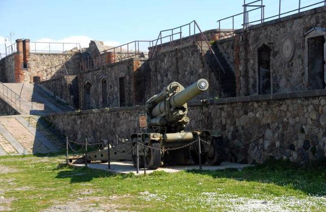 """Un cannone all'interno di Forte Cavalli che oggi è sede del """"Museo Storico delle fortificazioni dello Stretto"""""""