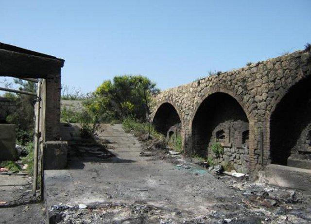 Il danneggiato Forte Crispi che sorge in zona Portella Arena, a campo Italia - Messina