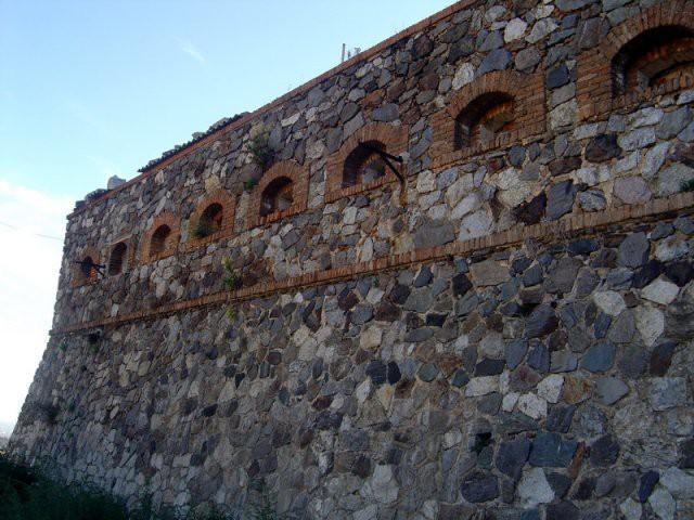 Un imponente muro di Forte Schiaffino - Messina