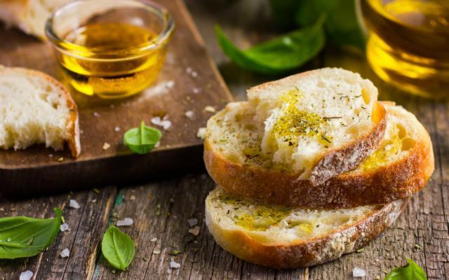È stagione di pane e olio, merenda perfetta che fa bene alla salute