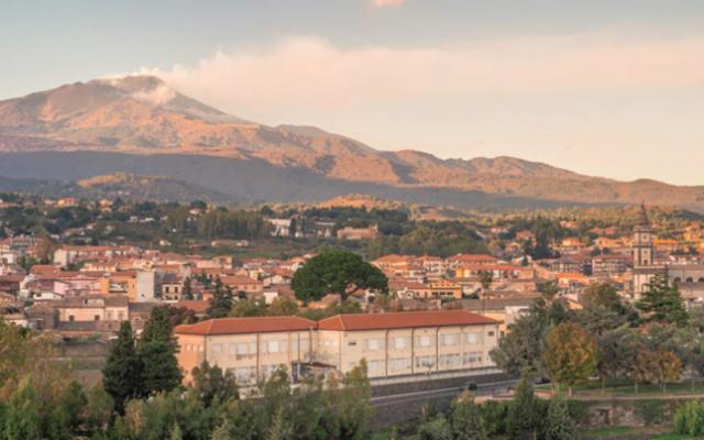 Pedara, adagiata sui colli meridionali dell'Etna