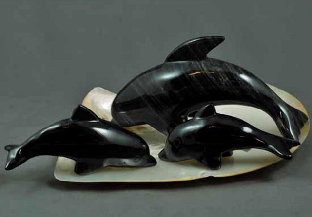 Una famigliola di delfini realizzata in ossidiana