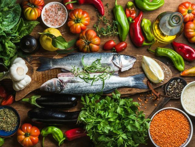 Il pesce e le verdure sono alcuni degli alimenti al centro della Dieta Mediterranea