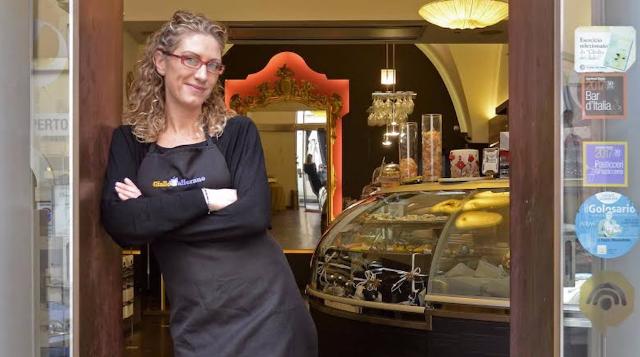 """La food blogger Stephanie Cabibbo, la """"MasterCheffa"""" di Giallo Zafferano, all'ingresso della Pasticceria Di Pasquale"""