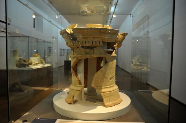 Altare cilindrico in terracotta III sec. a.C. proveniente dall'isolato FF1 nord, dalla casa del Sacello