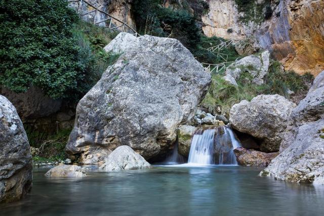 Una piccola cascata lungo il Sentieri delle Sorgenti nel Parco dei Nebrodi