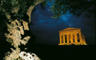 La Valle dei templi bella di notte fra musica e teatro