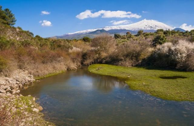Il fiume Simeto e l'Etna