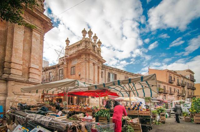 L'ingresso al Mercato del Capo da Porta Carini, a Palermo - ph. Terradamare