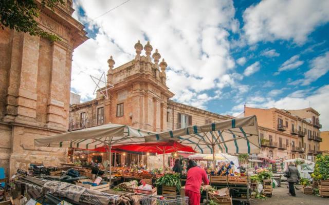 Tra i vicoli del mercato Capo a Palermo voci di web radio