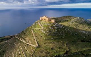 Un'antica fortezza solitaria da trasformare in uno spazio d'arte contemporanea