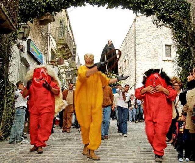 I Diavoli e la Morte tentano di impedire l'incontro, nella Piazza principale della cittadina, tra le statue della Madonna e di Cristo