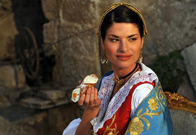 Una donna con il tipico vestito arbëreshë in una foto di Rossano Maniscalchi