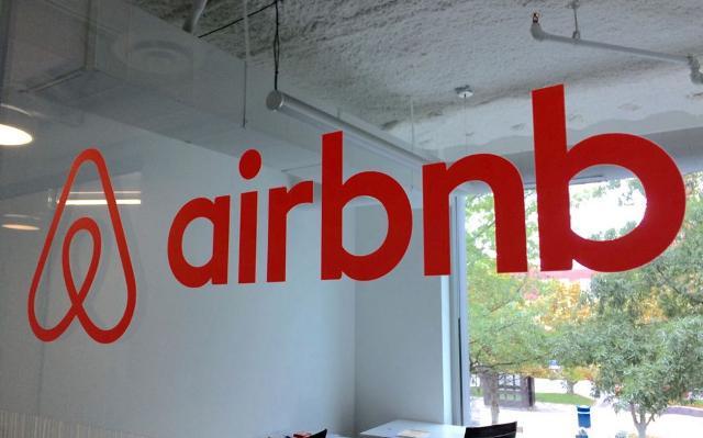 Il logo di Airbnb