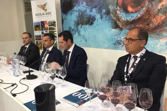 Nella foto, da sx Floriano Zambon (presidente nazionale Città del Vino), Edy Bandiera (assessore regionale Agricoltura), Sandro Pappalardo (assessore regionale Turismo, Sport e Spettacolo) e Corrado Bonfanti (sindaco di Noto)