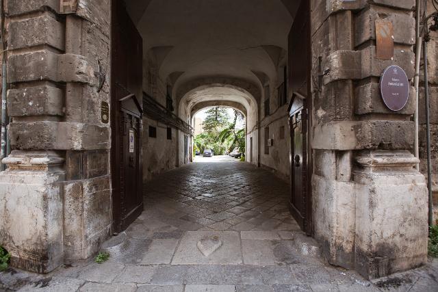 Ingresso del palazzo Ajutamicristo di Palermo - ph CAVE Studio
