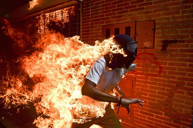 """Venezuela Crisis"" la foto di Ronaldo Schemidt vincitrice del World Press Photo 2018"
