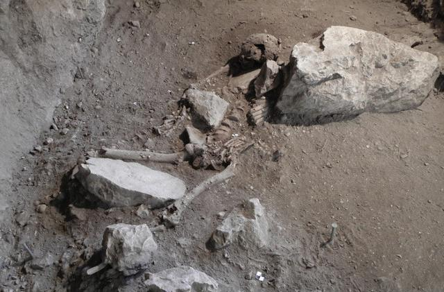 La sepoltura del giovane del Mesolitico ritrovato in Croazia (fonte: E. Cristiani, Scientific Reports)