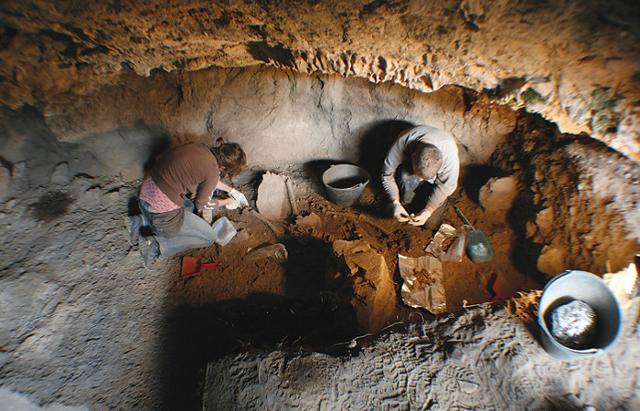 Archeologi all'interno della grotta di Vlakno