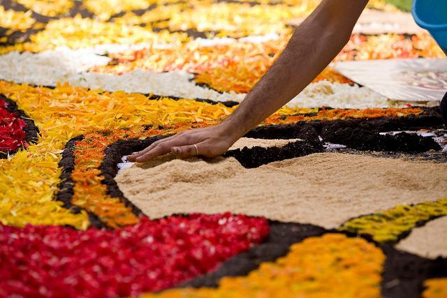 """L'arte di realizzare """"Tappeti d'Arte effimera di fiori, sale, sabbie e altri materiali organici e naturali"""""""