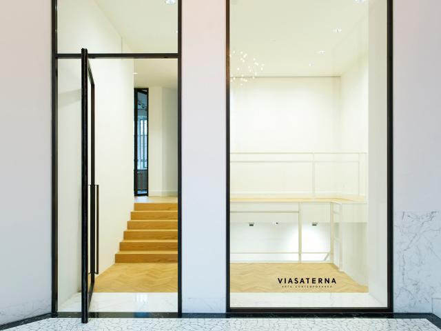 Ingresso della Galleria Viasaterna in via Leopardi a Milano