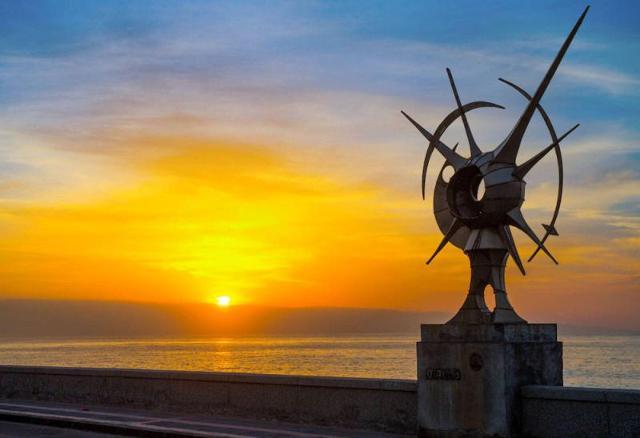 """""""Il Boccavento"""" di Nino Ucchino, una delle sculture in acciaio inox che l'artista ha realizzato per il lungomare di Santa Teresa di Riva"""
