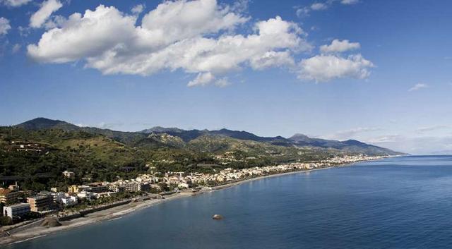 La lunga riviera di Santa Teresa di Riva