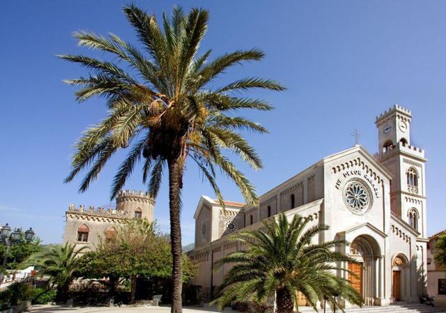 Il Santuario della Madonna del Carmelo, accanto alla Torre Saracena di Santa Teresa di Riva