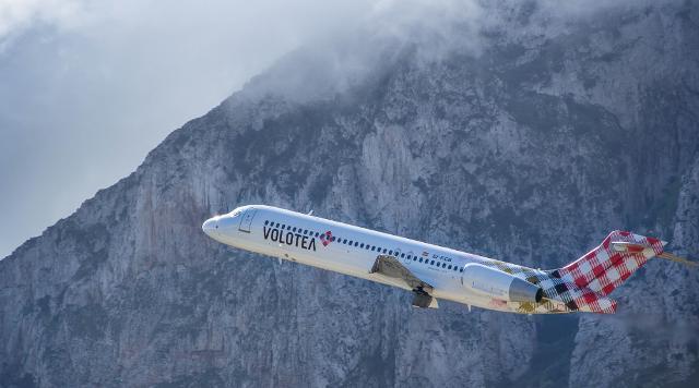 Un aereo della flotta Volotea decolla da Palermo